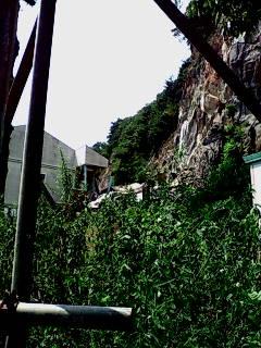 アパート直近の崖崩れ